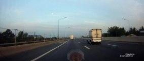 Un camion perd une roue en pleine autoroute