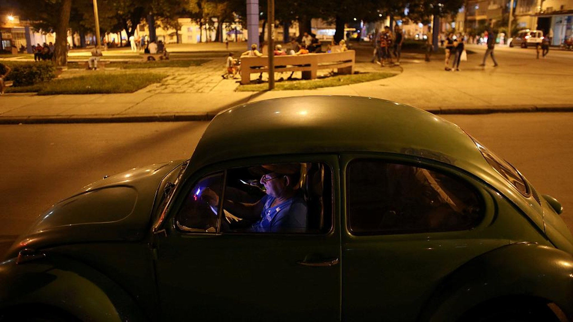الكوبيون يتصلون بالعالم الخارجي عبر الانترنت