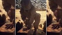 Ce soldat pointe son couteau entre ses doigts sans se blesser !