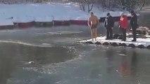 Ce russe saute dans un lac gelé pour sauver un chien