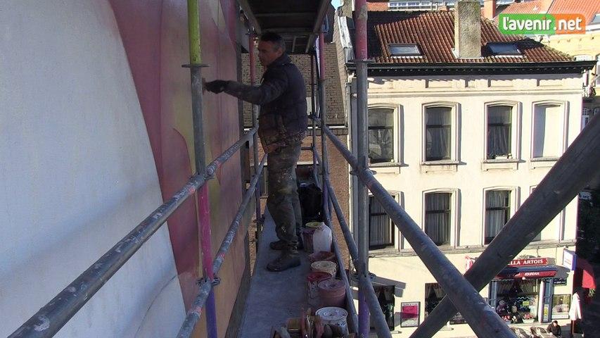 Seul, il peint un immense tableau de 16 mètres de haut sur un immeuble bruxellois