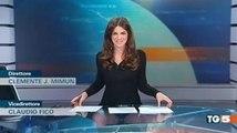 Cette journaliste en mini-jupe oublie que la table est transparente et dévoile sa petite culotte en direct