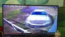 Cet homme nous montre l'enregistrement d'une voiture qui percute une maison et nous montre ensuite la maison en question