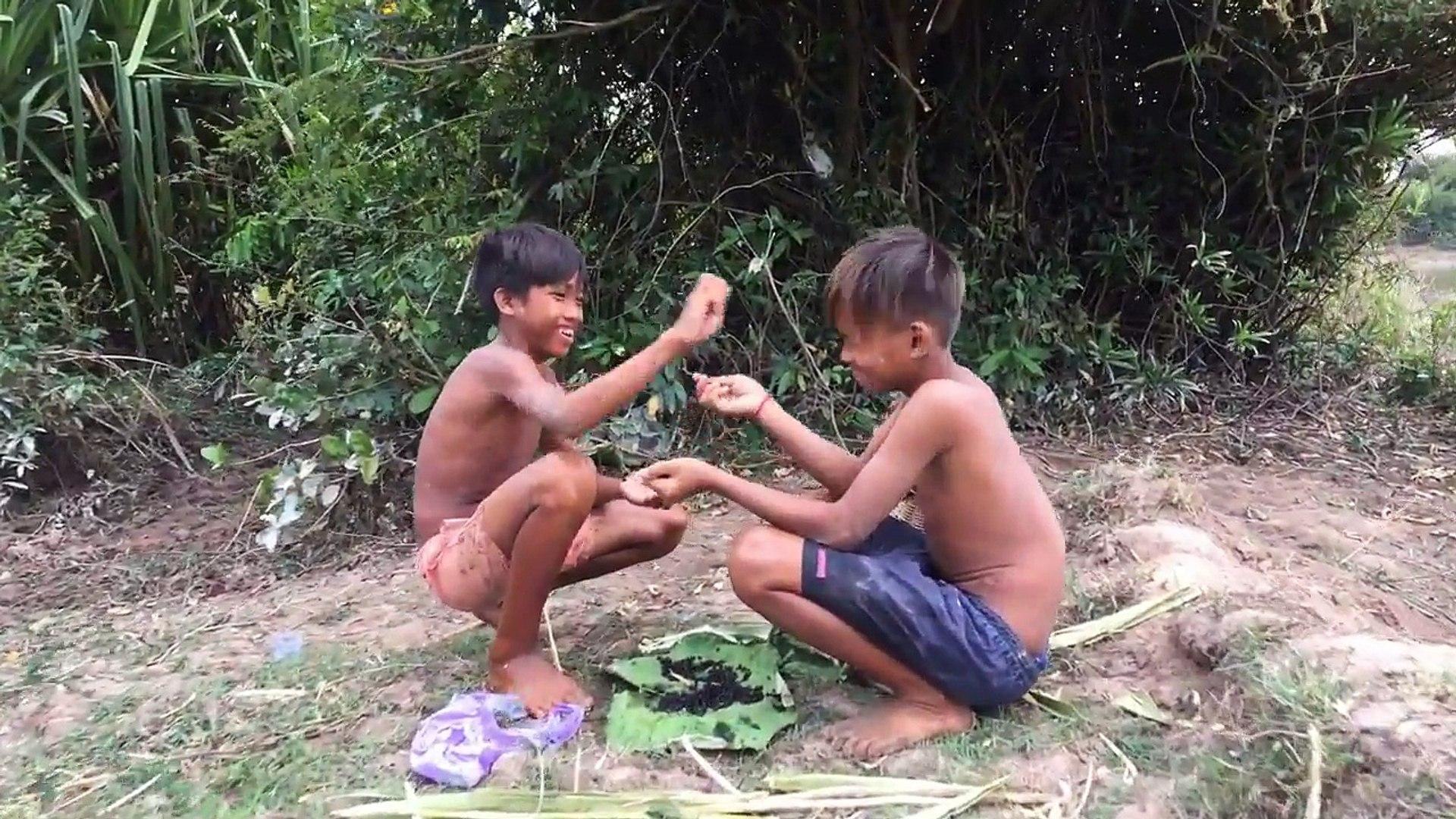 Wow! Two Boys Catch Big Water Snake Using Bamboo Net Trap - Amazing Boy Catch Water Snake