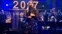Kelly Clarkson Performs Epic 'Hamilton' On 'Late Night With Seth Meyers'