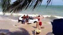 Il éclate une voiture sur la plage avec un rocher dans le pare brise ! Pas content le papa...