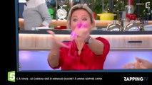C à vous: le cadeau coquin d'Arnaud Ducret à Anne-Sophie Lapix (Vidéo)