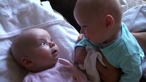 Ce papa filme ses jumeaux en pleine discussion... Bébés adorables