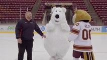 Un ours chute à plusieurs reprises sur une patinoire