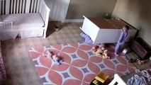 2 yaşındaki ikiz kardeşini böyle kurtardı