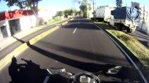 Ce conducteur n'a pas vu le motard... Et bim grosse gamelle!