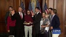 Le fils de ce membre du congrès américain fait un DAB alors que son pere prete serment... La honte!