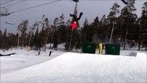 Enorme vol plané d'un skieur qui perd ses skis et s'envole sur 20m!