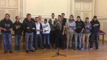 Les conscrits de la 2015 chantent pour celebrer le lancement de la...