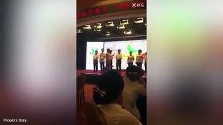 چین میں خراب کارکردگی والے بینک ملازمین کی چھڑی سے پٹائی-_ViuWyBE8is
