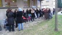 Ecole Curie :  les parents bloquent l'entree aux classes pour defendre leur education...
