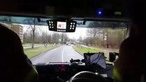 Une automobiliste panique en voyant les pompiers arriver derrière elle !