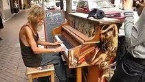 Colocaram um piano em um lugar público e mendigo pediu para tocar, veja que lindo.