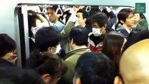 Il a trouvé la solution idéale pour s'accrocher dans le métro bondé