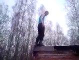 Un homme saute d'un toit et tombe la tête dans la neige !
