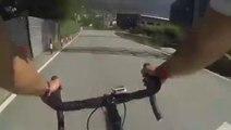 Enorme chute du cycliste Joaquim Rodriguez qui percute la glissière et fini dans le trou