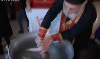 Un curé a un drôle de technique pour baptiser les enfants