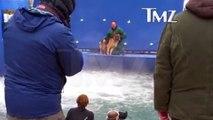 Un dresseur force un chien terrifié à rentrer dans leau pendant le tournage de « Mes vies de chien »