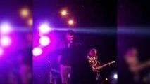 Un chanteur s'interrompt en plein concert pour sauver une fan