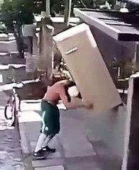 Un homme porte seul un frigo sur son dos !