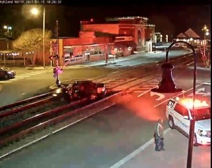 Un train pousse une voiture coincé sur les rails !