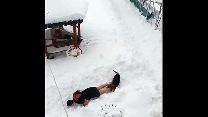 Un homme fait son sport torse nu dans la neige !