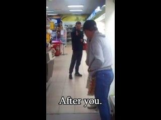 Ce gars bourré s'embrouille avec son reflet dans le miroir d'un supermarché