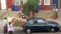 Ils s'entêtent à faire passer un canapé dans une voiture clairement trop petite