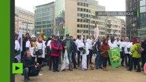 Des agriculteurs déclenchent une tempête de lait en poudre devant le Conseil européen à Bruxelles