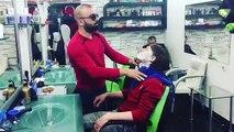 Un barbier essaye de faire son métier comme Salt Bae