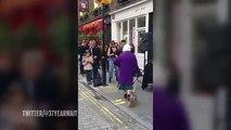 Une vielle femme qui n'hésite pas à faire la fête avec les jeunes dans la rue