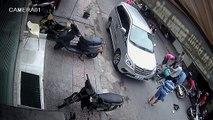 Biết nói gì! Dừng xe giữa đường, mở cửa kiểu khốn nạn khiến người đi xe máy bị tai nạn nặng nề... Vậy mà việc đầu tiên làm là... săm soi cái cửa xe. Biết nói sao?