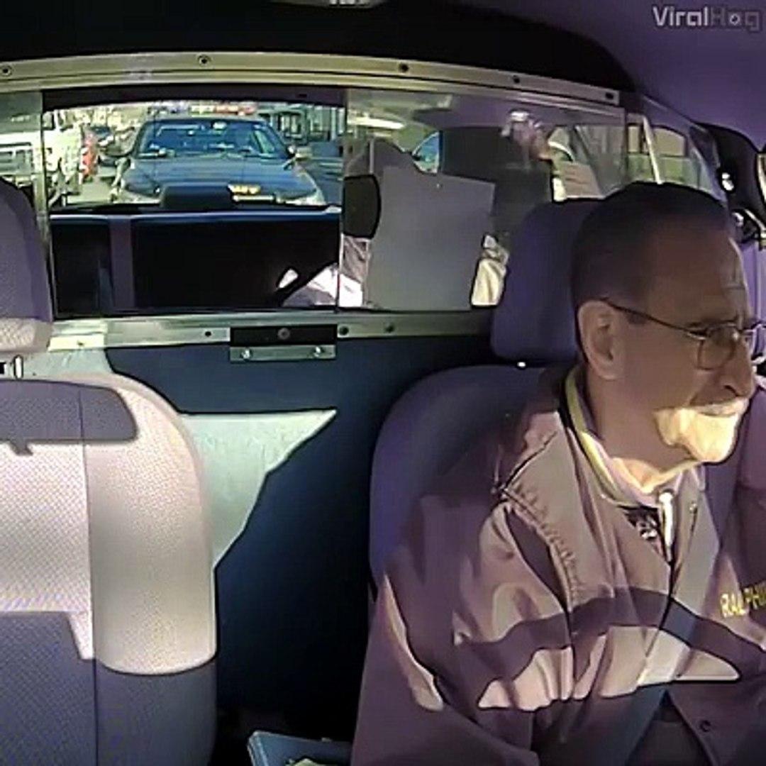 Il braque un chauffeur de taxi mais regardez bien qui se trouve derrière ce taxi...
