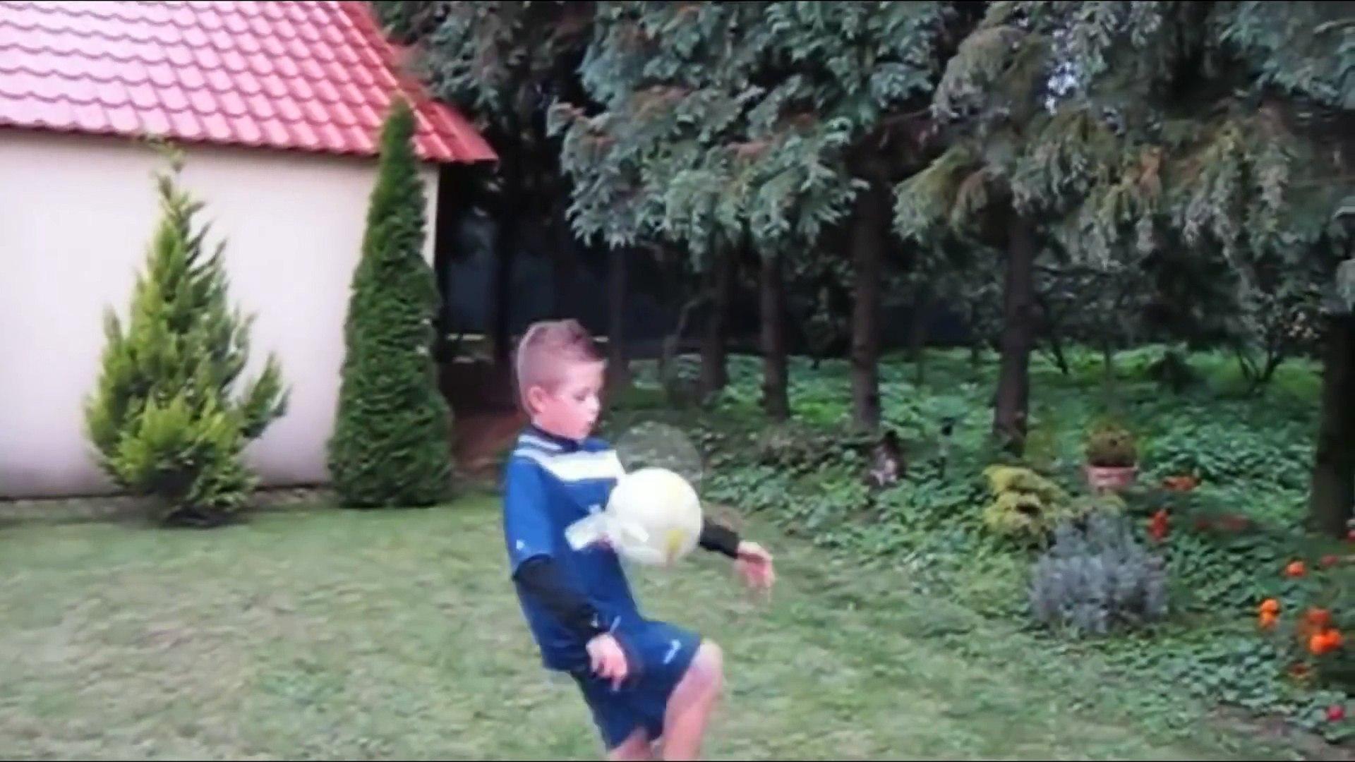 Lộ clip Ronaldo quay con trai bằng IPHONE 6-The Ronaldo movie clip turns son with IPHONE 6