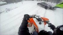 Voiture et motoneige : course et accident sur la neige !