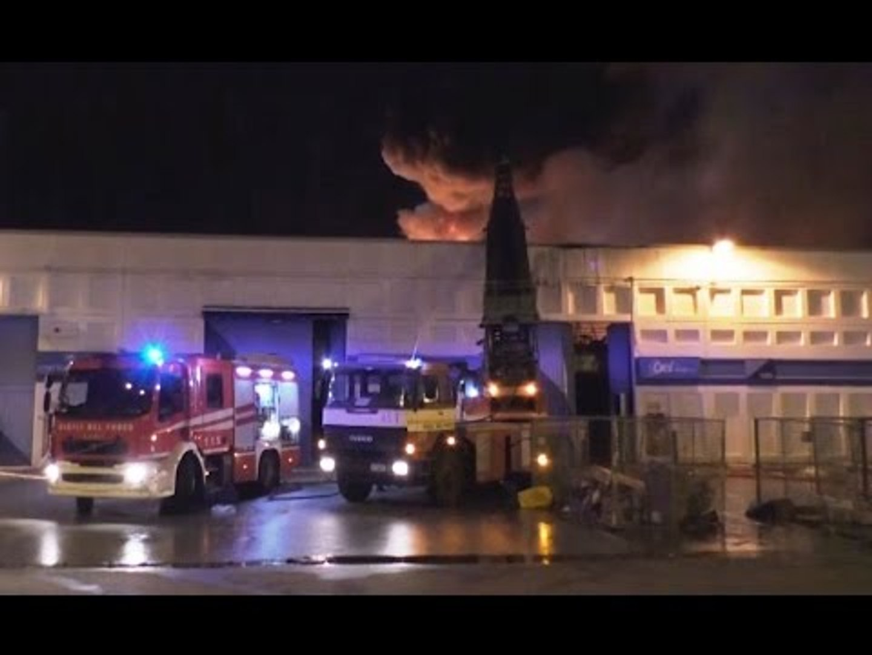 Nola (NA) - Incendio al Cis, in fiamme due capannoni (26.01.17)