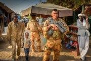 Les Soldats Ardennais patrouilles sur le marché à Gao