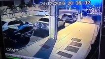 Il fait la grosse erreur de laisser son jetski attaché à sa voiture...