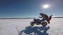 Une moto roule toute seule sur un lac gelé