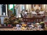 Niños de todos los tamaños y con una gran variedad de vestimentas, son presentados en el Templo del Oratorio