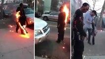 Un homme en feu marche dans la rue