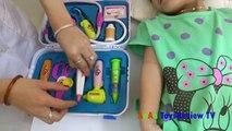 Bé chơi đồ chơi bác sĩ - Bé tập làm bác sĩ