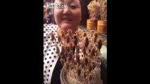 Dégustation de brochettes de scorpions vivants sur un marché en Chine