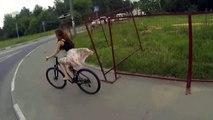 Une jeune femme perd sa jupe en vélo !