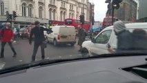 Londres : des piétons pas attentifs ne voient pas une corde de remorquage !